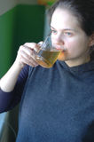 La fille boit du thé Image stock