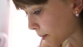 La fille boit la macédoine de fruits délicieuse des pailles se reposant en café Plan rapproché banque de vidéos