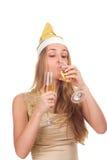 La fille célèbre Noël avec une glace de vin Image stock