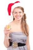 La fille célèbre Noël avec une glace de vin Photographie stock libre de droits