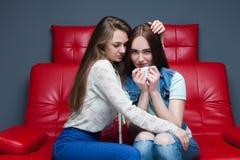 La fille calme son amie, amitié femelle Photographie stock