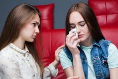 La fille calme son amie, amitié femelle Image libre de droits