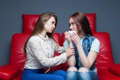 La fille calme son amie, amitié femelle Photos libres de droits