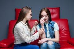 La fille calme son amie, amitié femelle Photo libre de droits