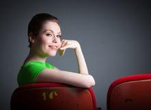 La fille caucasienne attirante dans ses 30 a tiré dans le studio Photos libres de droits