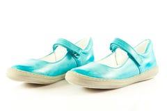 La fille chausse des chaussures d'isolement sur les accessoires blancs de fond Photo libre de droits