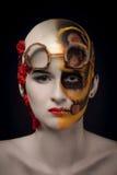La fille chauve avec un art composent et des verres de steampunk Image libre de droits