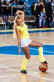 La fille Cheerleading apparaissent sur le match d'étape des femmes du basket-ball FIBA d'Euroleague Photos libres de droits