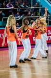 La fille Cheerleading apparaissent sur le match d'étape des femmes du basket-ball FIBA d'Euroleague Images stock