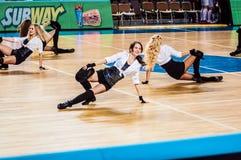 La fille Cheerleading apparaissent sur le match d'étape des femmes du basket-ball FIBA d'Euroleague Photo libre de droits