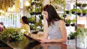 La fille choisissant le menu à la barre banque de vidéos