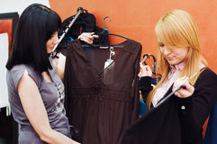 La fille choisit des vêtements dans une boutique Photographie stock