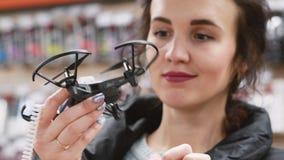La fille choisit un petit bourdon dans un magasin de passe-temps banque de vidéos