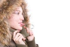 La fille colle sa langue à l'extérieur Photo stock