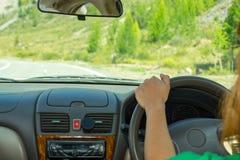La fille conduit le long de la route goudronnée dans Al de montagnes d'Altai photos libres de droits
