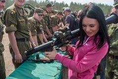 La fille considère le lance-grenades RPG-7 Image libre de droits