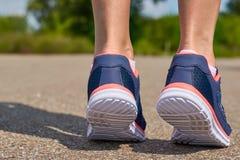 La fille court dans des espadrilles sur la route Concept de sport et de mode de vie sain Images libres de droits