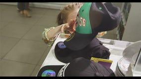 La fille court jusqu'aux attributs de club de l'hockey Team Bars Slow Motion clips vidéos