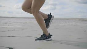 La fille court sur la plage banque de vidéos