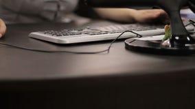 La fille court sur un ordinateur banque de vidéos