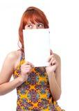 La fille couvre son visage L'espace pour le message publicitaire Jeune femme rousse Photographie stock libre de droits