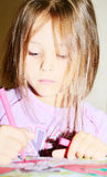 La fille décore des retraits de repère Photo stock