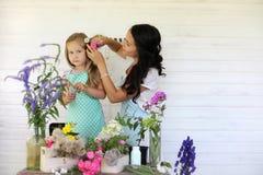 La fille décore un bouquet des fleurs sèches photos stock