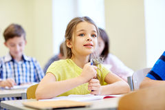 La fille d'étudiant avec le groupe de l'école badine dans la classe photo libre de droits