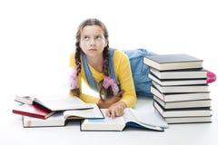 La fille d'adolescent de Clewer s'étendent avec des livres photos stock