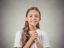 La fille d'adolescent faisant des gestes avec les mains étreintes, satisfont assez Images stock