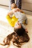 La fille d'adolescent prend soin de son frère Photo stock