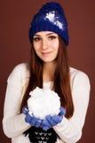 La fille d'adolescent tient la boule de neige images stock