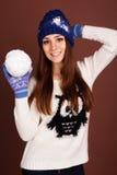 La fille d'adolescent tient la boule de neige image stock