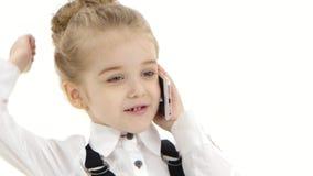 La fille d'affaires communique joyeux par le téléphone portable, fond blanc closeup banque de vidéos