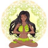 La fille d'Afro-américain avec de longs cheveux se reposant dans le lotus PO Photos stock