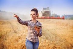 La fille d'agronome en verres commande la moisson Photographie stock