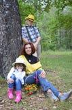 La fille d'amis d'automne de nature d'arbres forestiers ensemble badine le bébé de groupe courant le chi de sourire de garçon de  Photos stock