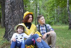 La fille d'amis d'automne de nature d'arbres forestiers ensemble badine le bébé de groupe courant le chi de sourire de garçon de  Photographie stock libre de droits