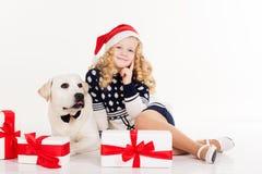 La fille d'enfant avec le chien s'asseyent dans le studio Photographie stock libre de droits