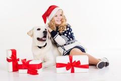 La fille d'enfant avec le chien s'asseyent dans le studio Photos stock