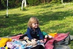 La fille d'enfant en bas âge apprécie le pique-nique Photographie stock libre de droits