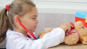 La fille d'enfant joue le docteur banque de vidéos