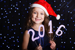 La fille d'enfant tient 2016 chiffres de papier, nouvelle année Photos libres de droits