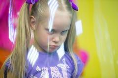 La fille dans la bulle de savon photo stock