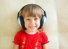 La fille dans des écouteurs Images libres de droits