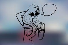 La fille dans des lunettes de soleil d'isolement au-dessus du fond blured Photo stock