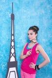 La fille dans des vêtements lumineux sur Tour Eiffel de paysage de fond, rouissent Images stock