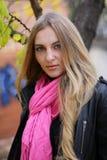 La fille dans l'écharpe rose photos libres de droits