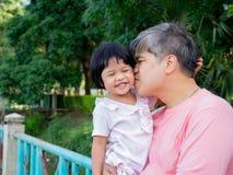 La fille dans l'étreinte du père et s'embrassent avec amour Famille de l'Asie et concept d'amour Images stock