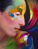 La fille dans l'image du perroquet Photographie stock libre de droits